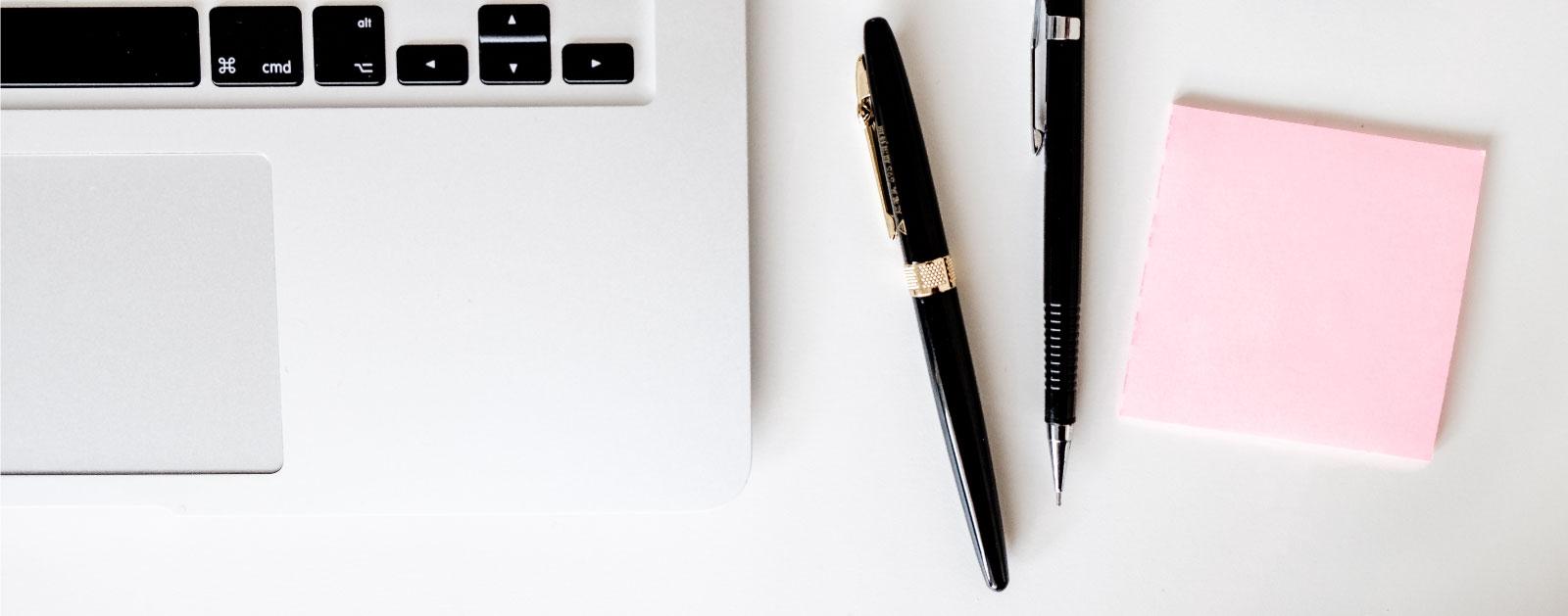 laptop és notesz és tollak
